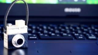 PCの上にカメラのマスコットが乗っている画像