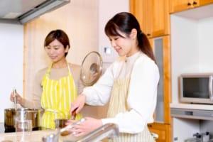 手作りお菓子を作る女性